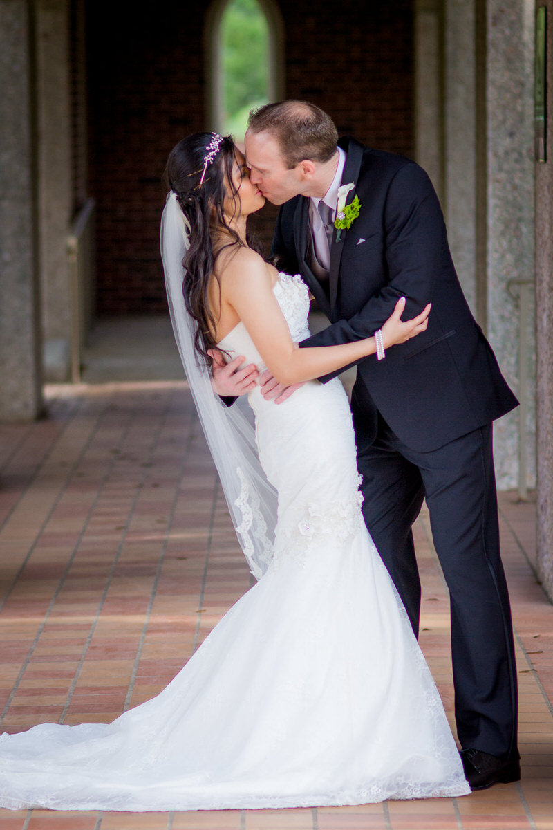 fort worth wedding photography bride groom kiss des